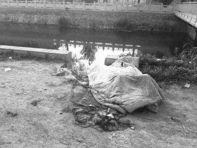 尸体被用一床棉被盖着