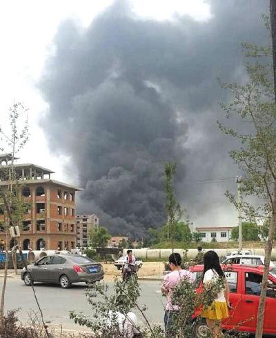 着火厂子冒出浓烟,数公里外都能看到