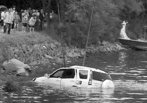 坠湖越野车被吊出水面 读者刘红英手机拍摄