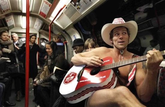 地铁上的牛仔