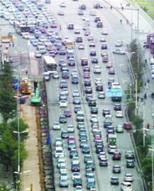 昨日,在沈阳青年大街文安路附近,由于燃气改造工程的施工(道路左侧),青年大街部分地段被占用了两排车道,车行缓慢。 辽沈晚报、北国网首席记者吴章杰 摄