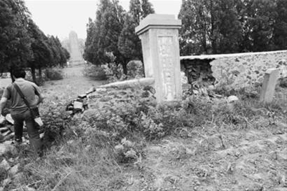6月7日,在黑山县的胡家烈士陵园,围墙破败、荒草丛生,玉米被种到了陵园门口。 辽沈晚报、北国网记者 查金辉 摄