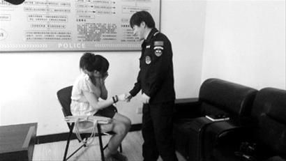 轻生女孩与下水救助他的巡逻员陈光握手表示感谢。 警方供图