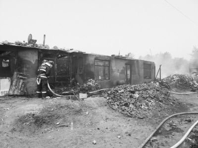 火灾中的几间民房已经被烧成空架子。
