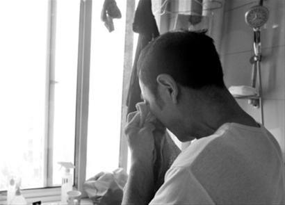 昨日15时许,王纯平躲在卫生间默默拭泪。本组照片由辽沈晚报、北国网记者 吴怀宇摄