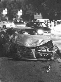 """奥迪跑车被撞得""""面目全非""""。(网友供图)"""
