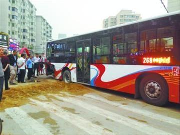 沈阳市铁西区兴工南街与南八东路交叉口,一辆268路公交车困在了马路上,两个后轱辘死死卡在地上的一条沙沟里。