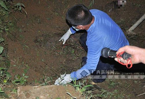 刑事侦查人员发现被埋厕所粪坑地下的尸体。贺州市平桂警方提供。