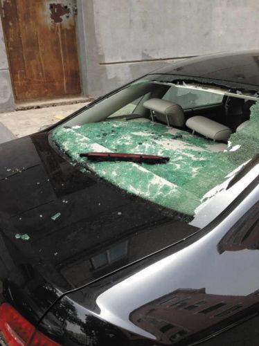 """后车窗被砸得""""稀碎""""。"""