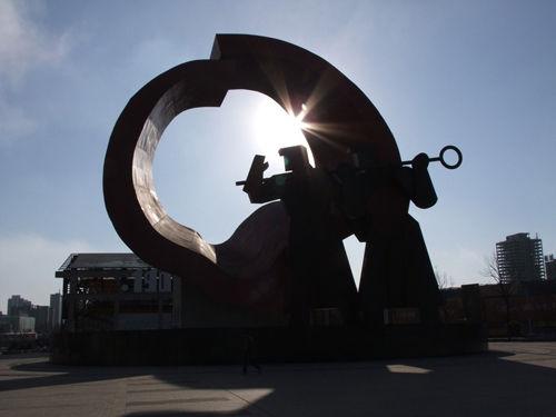 这个塑像叫《持钎人》 高27米,重400吨