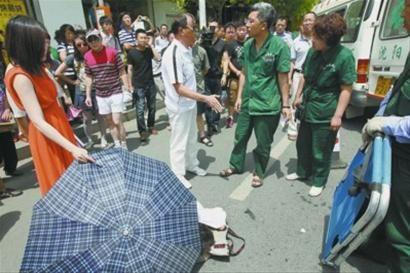 辽沈晚报、北国网记者 刘晓昨日上午,在沈阳市正阳街222路故宫西华门站,120急救车赶到后,家属(白衣男子)因没有骨科医生拒绝抬伤者上车。