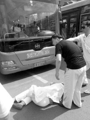 刘女士被公交车带倒,腰部被撞了一下 ■本报记者 战婉青 摄