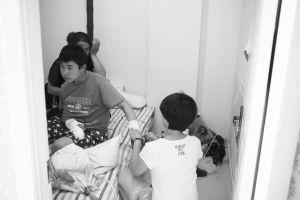 大青和姑姑住在一家小旅店,找护士上门打针 ■本报记者 石立飞 摄