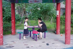 一位家住18层的居民只能带着孩子在凉亭内写作业 ■本报记者 王舜天 摄