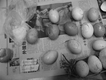 在刘东运送的鸡蛋中,一些鸡蛋上留有人为留下的圆洞,里面藏有用塑料袋包好的高纯冰毒。 丹东市振兴公安分局 供图