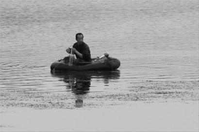 昨日凌晨,一位非法捕鱼者发现执法人员后准备溜走,最终被执法人员截获,捕鱼用具被查扣。 辽沈晚报、北国网记者 查金辉 摄