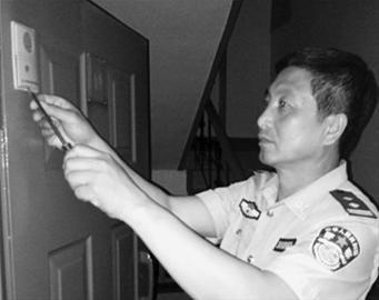 辽沈晚报、北国网记者 韩涛原来是门铃出现了故障,民警找来工具,将门铃重新修好。 警方供图