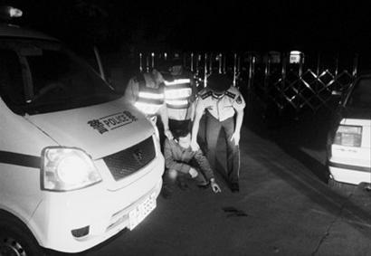 """昨日,葫芦岛边防民警夜擒扎车胎""""口罩男"""",他在指认现场。 边防供图"""