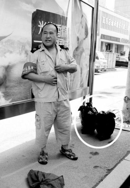 老人随身携带的塑料袋中装的只是花