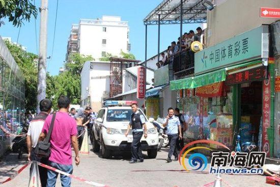 民警将嫌疑人押上警车。