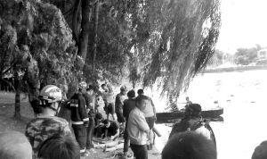 鲁迅儿童公园,一名野浴者的遗体被消防队员打捞上岸 ■本报记者 石立飞 摄