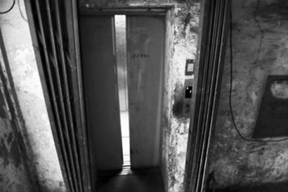 """部分住宅小区的电梯""""百病缠身""""。本组图片由本报见习记者 李英博摄"""