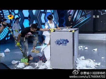 文章做客《快乐大本营》,在游戏环节中,搭档杜海涛。(网友截图)