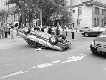 出租车呈倒扣姿势横在解放街中央。(微博网友阿良40供图)