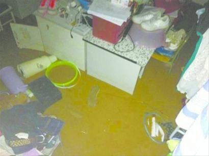 """◆一楼部分寝室受灾严重,大水让不少学生的物品""""泡了汤""""。网友供图"""
