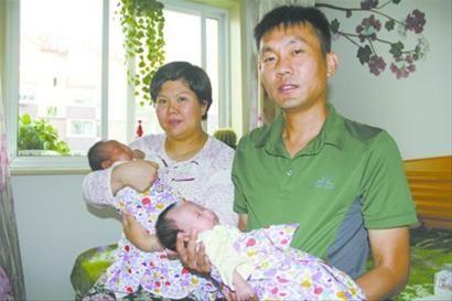 昨日,葫芦岛的霍小虎夫妻带着一对龙凤胎儿女,就想对沈阳的警察当面说声谢谢。 北国网、辽沈晚报记者 胡清 摄