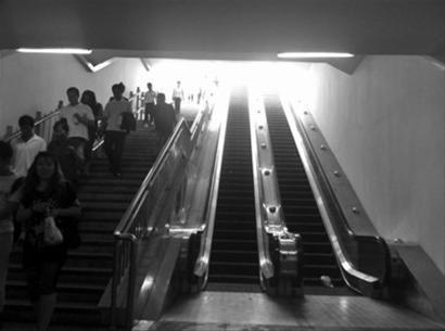 昨日中午,沈阳市南京北街过街地下通道4部电梯全部停用,很多人只能爬步行梯上下。北国网、辽沈晚报首席记者 赵永平 摄