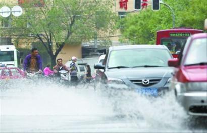 昨日中午11时许,尽管雨停了很久,但沈阳泰山路蒲河街马路积水长达百米。 北国网、辽沈晚报主任记者 吴章杰 摄