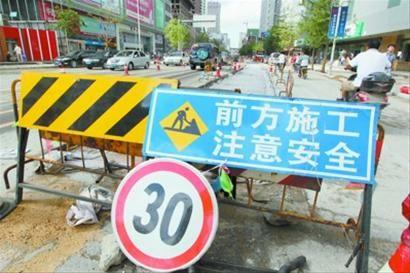 """昨日下午,三好街积水基本排净,路面还可见施工留下的处处坑洼,就是这些坑洼在强降雨中成了""""陷阱""""。 北国网、辽沈晚报记者 姜旭 摄"""