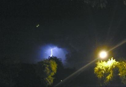 一段25秒的沈阳惊现UFO的视频在网络上火爆转载。网友纷纷质疑不明飞行物的真实性,气象专家分析可能是球状闪电。 网友供图