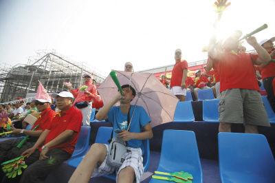 在十二运女足复赛赛场边,球迷们热情高涨。本报记者高强摄