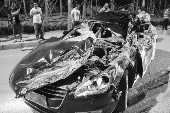 黑色轿车被撞得面目全非。摄影记者孟楠
