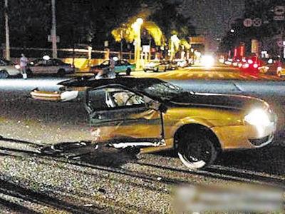 车祸现场惨烈,出租车被撞成两截