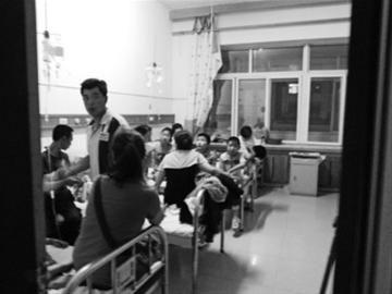 7月6日晚11时许,在阜新矿业集团总医院儿科病房内,最多一张病床上有9名小学生在输液。 本报特别报道组摄
