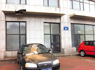 ▲除了车顶棚被砸变形外,遮雨房檐也被砸坏了。
