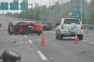一次惨烈的事故,车轮都撞飞了。