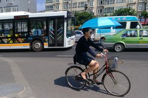 成都的天气真的很热,外出骑车全是这种装备。