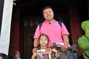 我和女儿在在布宫红楼门口。