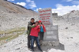 海拔5200米,珠峰大本营合影留念,幸福的一家三口。