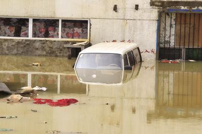 面包车被淹,只能看到车顶。