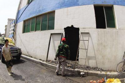 由于一楼被淹,只好将二楼的墙体打开一个门,从二楼进入楼内。