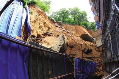 冲下来的土石堆到了二层楼高。