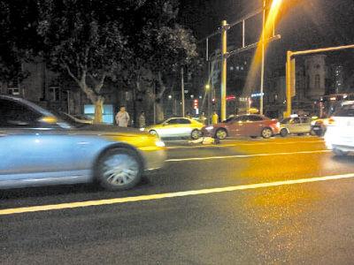 受伤女子倒在马路中央。