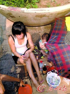 """""""啤酒女""""带着孩子乞讨。"""