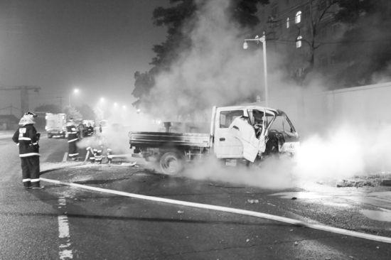 消防官兵对车辆进行灭火。摄影记者张腾飞