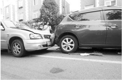 车祸现场留有血迹,还有环卫工用的扫把。摄影记者孟楠